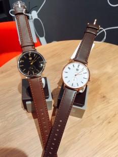 茶色の革ベルトの時計