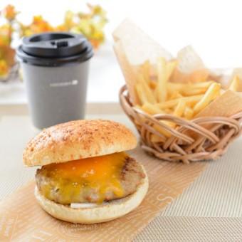 食欲の秋におすすめ ボリューム満点肉厚チーズハンバーガー