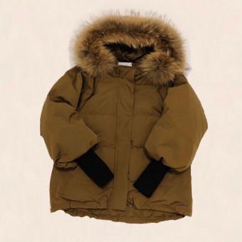 デザインと機能性を兼ね備えたリブ袖ダウンジャケット