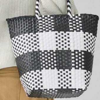 スタイルのポイントにしたい軽やかなメルカドバッグ