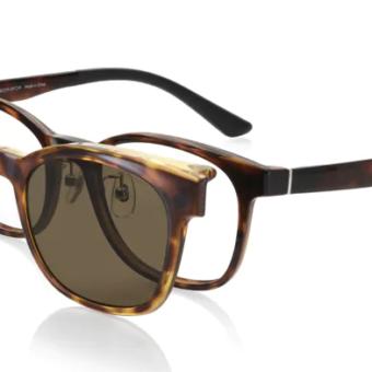 「眼鏡を掛けたままカラーレンズが上げ下げできること」が特徴の跳ね上げ仕様のプレートがセットになった2020年モデルの『JINS SWITCH』